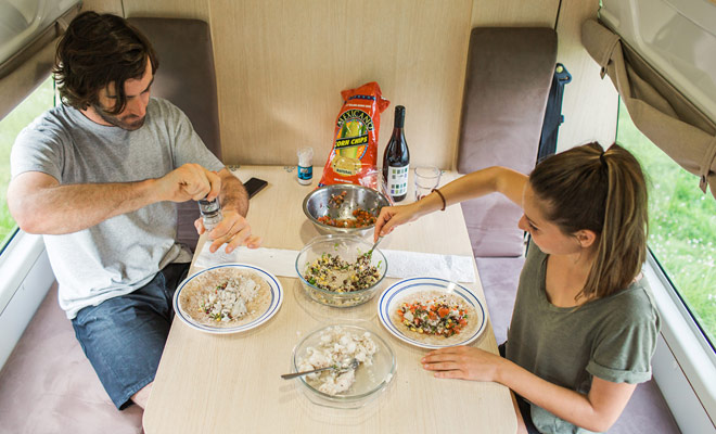 Avere un angolo cottura e un tavolo da pranzo consente di risparmiare denaro evitando di dover andare al ristorante. Il frigorifero consente anche di acquistare e mantenere il cibo più a lungo.