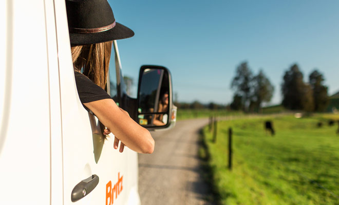 Per parcheggiare più facilmente in un camper, il secondo passeggero può agire come co-driver utilizzando i retrovisori.