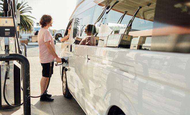 Il rifornimento in Nuova Zelanda non è un problema perché le stazioni di servizio sono organizzate in Europa e di solito è possibile pagare direttamente con la carta di credito alla pompa.