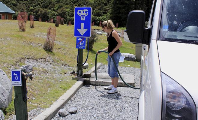 Utilizzando una stazione di scarico e riempendo il serbatoio dell'acqua potabile è una questione di un quarto d'ora una volta che si è abituati a farlo.