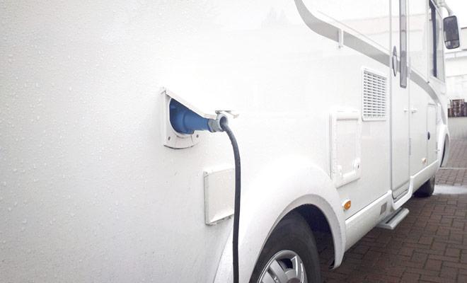 Per ricaricare la batteria ausiliaria del camper, collegare il veicolo a una presa CA utilizzando un cavo fornito dalla società di noleggio. Sarà comunque necessario parcheggiare in un campeggio attrezzato e pagare un piccolo supplemento.