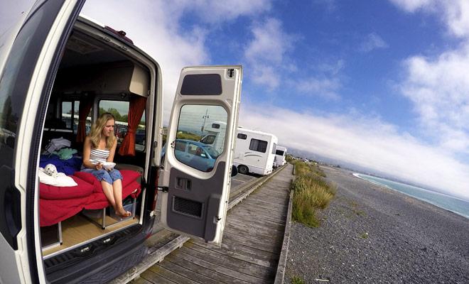 Trascorrere la notte vicino a una spiaggia e fare colazione, contemplando l'oceano ... Questo è uno dei tanti vantaggi del camper.