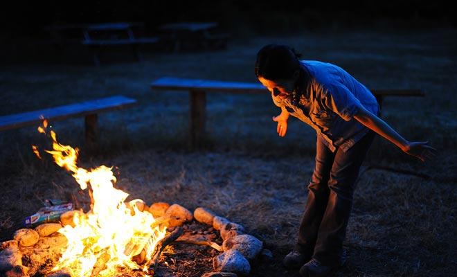 Het verlichten van een vuur zonder toestemming kan u een zware boete veroorzaken. Informeer bij de receptie van de camping om de regels hierover te kennen.
