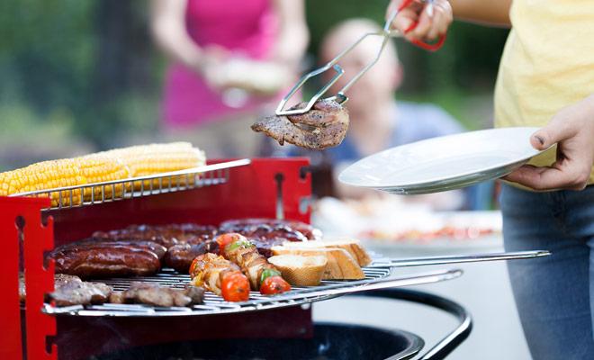 De BBQ (hierbij genaamd barbies) is een echte instelling in Nieuw-Zeeland. Volg de Kiwi's examen en na het kopen van worstjes in de lokale supermarkt, improviseer een goede barbecue in een camping.