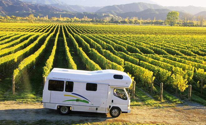 Om in een privé land te kamperen, kunt u lid worden van het Okay 2 Stay-netwerk. U kunt dan bijvoorbeeld op boerderijen of wijngaarden parkeren.