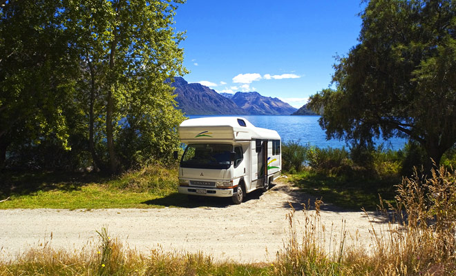 Vrijheidsscamping is steeds meer gereguleerd in Nieuw-Zeeland en toeristische gebieden verbieden het steeds meer. Maar het is nog steeds mogelijk om vrij over het hele land vrij te parkeren.