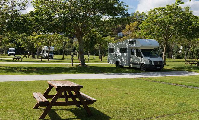 DOC campings volledig uitgerust zijn noodzakelijkerwijs duurder, maar de hete douches zijn beschikbaar en er zijn voedingen om de accu van de camper op te laden.
