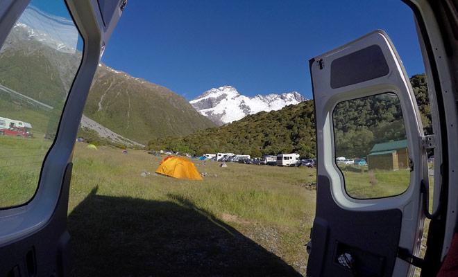 De backcountry campings van het Department of Conservation (DOC) kosten slechts een paar miserabele dollars. Bij deze prijs blijven de faciliteiten spartaans en er zijn zelfs geen douches.