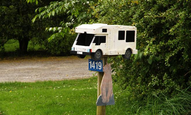 Er zijn tal van gratis campings in Nieuw-Zeeland, maar wat is gratis is niet altijd een voordeel omdat je de campervanbatterij niet kan douchen of opladen. Het is daarom noodzakelijk om te wisselen tussen de gratis en de betaalde tijdens het gehele verblijf.