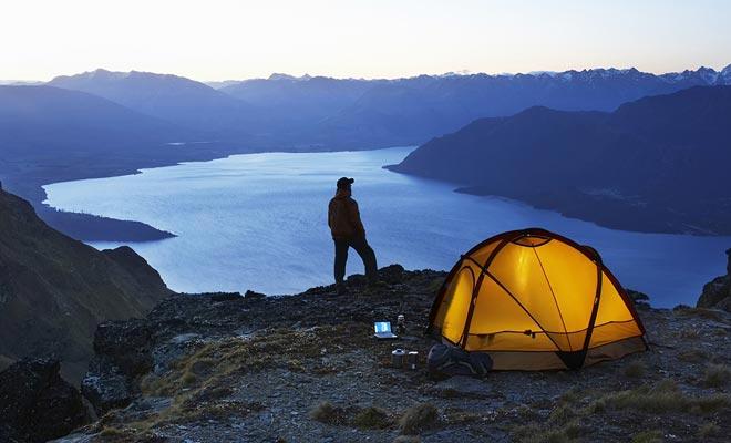 Vrijheid camping is toegestaan in Nieuw-Zeeland. In werkelijkheid is het nu verboden in de buurt van toeristische plekken of in sommige steden zoals Queenstown of Rotorua. Vraag altijd toestemming voordat u uw tent ergens plant.