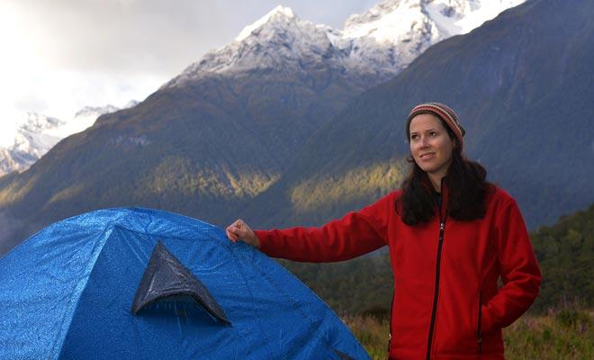 Het is mogelijk om een jaar zonder camping te besteden. Maar als je van plan bent om vaak rond te gaan, kan een tent heel handig zijn ...