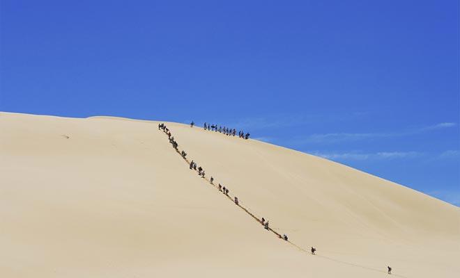 Una vez en la parte superior de una duna, puede deslizarse en un bodyboard para bajar a toda velocidad!