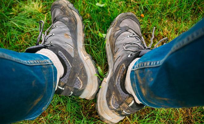 Om de auto vuil te maken, zet je vuile wandelschoenen in een plastic zak die je in de kofferbak opbergt. U kunt dan een paar schone en comfortabele sneakers aanbrengen om te rijden.