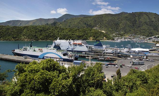 Embarcar su coche a bordo del ferry cuesta un poco más, pero simplifica en gran medida la vida evitando perder el tiempo en la agencia de alquiler de firmar contratos y hacer inventarios.