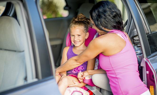 Las regulaciones en Nueva Zelanda para el asiento infantil son las mismas que en Europa. Hay varios tamaños adaptados a la edad del niño, como booster o cápsula.
