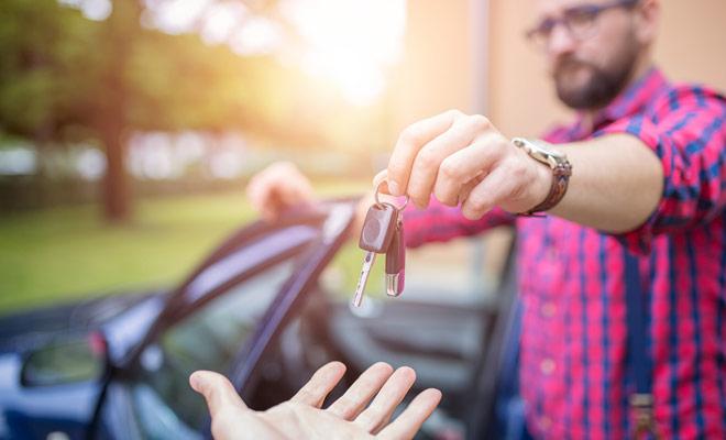 El regreso de un coche de alquiler se puede hacer en diez minutos, pero durante la temporada alta, a veces tendrá que esperar su turno en el aparcamiento de la agencia de alquiler.