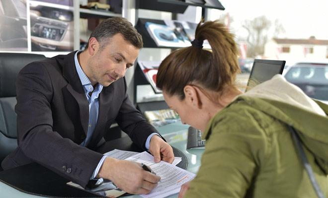 Antes de recibir las llaves del coche, tendrá que firmar el contrato de alquiler y pagar el saldo acordado. Estas formalidades generalmente se resuelven en un cuarto de hora a menos que haya mucha gente en la agencia.