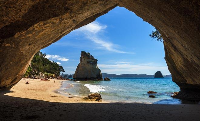 El enorme arco de piedra caliza tallado en la roca ha hecho Cathedral Cove famosa. La playa también sirve como un entorno natural en la segunda parte de la Trilogía Mundial de Narnia.