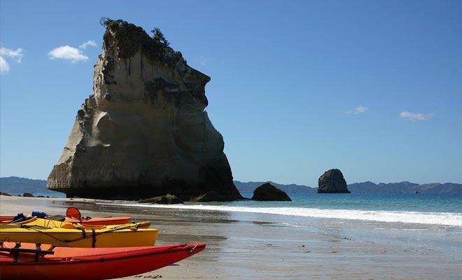 Hahei es la ciudad más cercana y uno de los principales destinos turísticos de Nueva Zelanda.