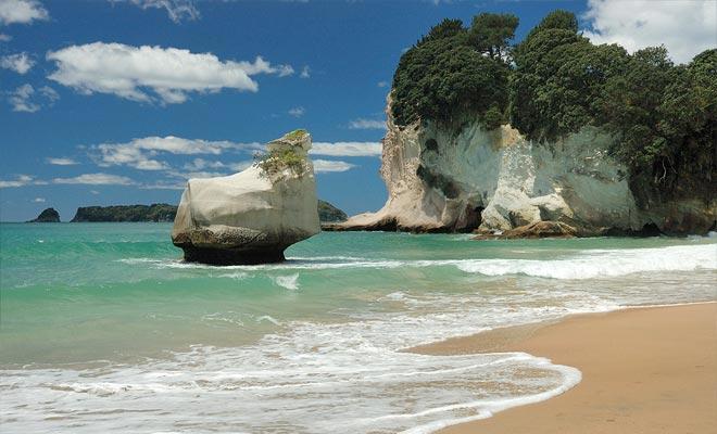 Los acantilados que bordean la costa están hechos de piedra caliza. La erosión ha esculpido el paisaje durante miles de años.