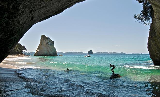 La playa de Cathedral Cove es fácilmente accesible a pie o en kayak. Está a pocos kilómetros de Hahei y la playa de agua caliente.