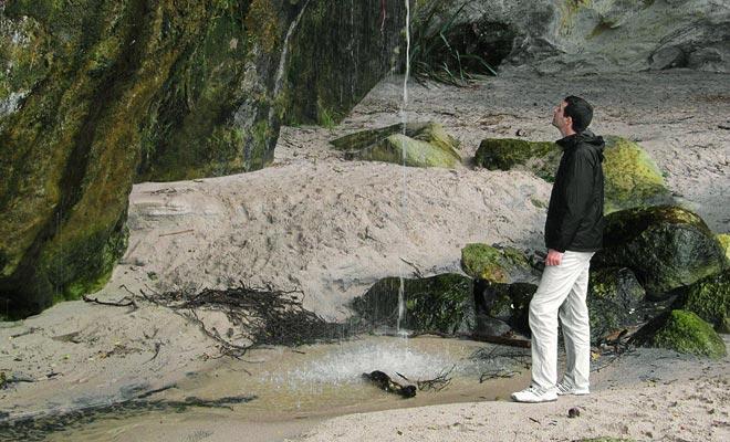 La pequeña cascada que vierte al final de la playa es perfecta para enjuagar en verano ... o para limpiar los zapatos después de la caminata!