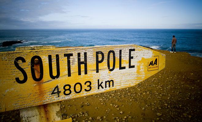 Si usted desciende al extremo sur de Nueva Zelanda, estará a sólo 4803 km del Polo Sur. Una distancia aún más pequeña si se establece el curso en Stewart Island, que también pertenece a Nueva Zelanda.