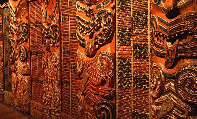 Meer dan alle andere mensen uit de Stille Oceaan, onderscheiden de Maori in de kunst van beeldhouwkunst, en hun opmerkelijke huizen met gesneden pilaren zijn een geweldig voorbeeld van hun talenten.