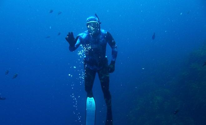 Tijdens uw duik moet u uw duikmonitor bewaken. Maar maak je geen zorgen, Hij zal je ook altijd kijken.