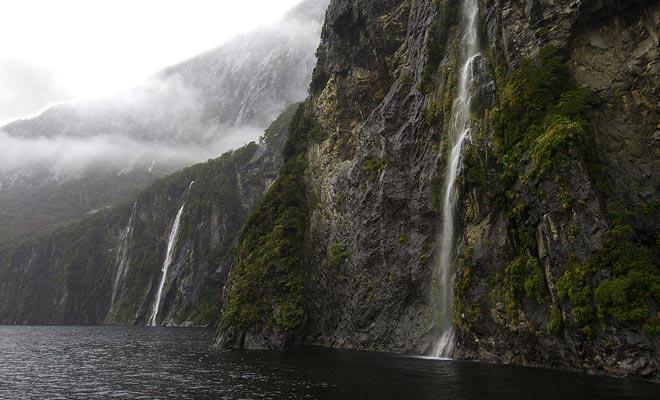Als de regen stopt en men eindelijk het landschap kan genieten, ontdekt men honderden watervallen die in de donkere wateren van het fjord gieten.