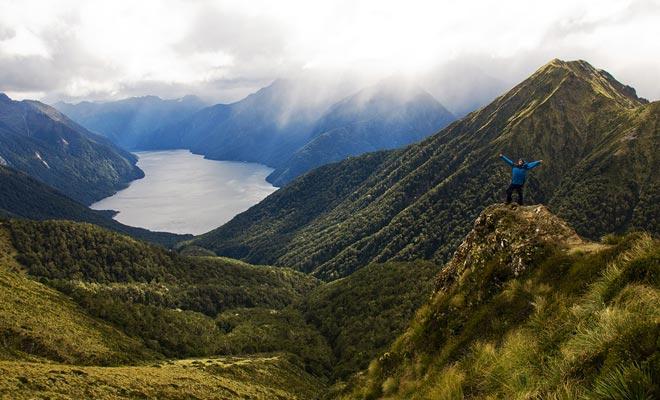 Door een helikopter te deponeren is één van de weinige oplossingen om toegang te krijgen tot de Fjord. Er is ook de zeeweg, en de traditionele excursie op een dag.