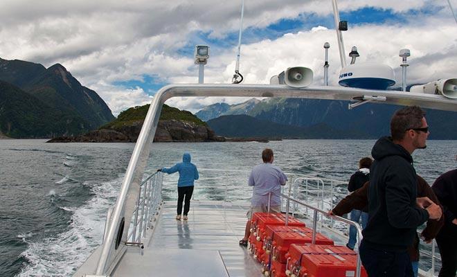 Het kiezen voor een klein cruiseschip kan een goed compromis zijn. Houd er echter rekening mee dat hoe groter het schip is, hoe stabieler het zal zijn. Als u zeeziekte heeft, is dit een factor om te overwegen.