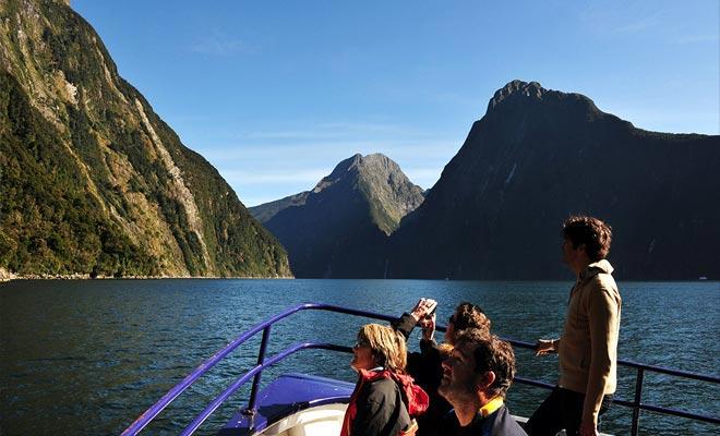 Tijdens de cruise, de kapiteinverzoek stilte van de passagiers en snijdt de motoren af. De absolute stilte die plaatsvindt herinnert eraan dat de Maori naam van de plaats is