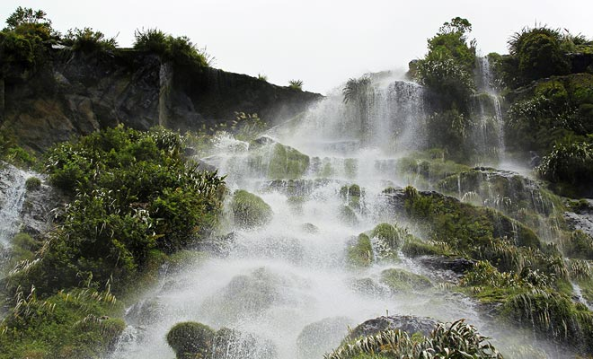 Het Fiordland is een van de natste gebieden op aarde. De zeven meter regen die elk jaar stroomt, voeden de honderden watervallen in het fjord.