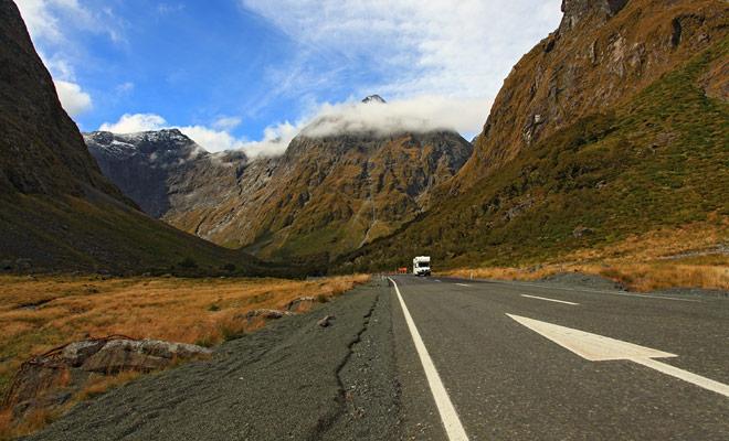 El principal peligro de conducir en Nueva Zelanda es en realidad el paisaje. La belleza de algunos caminos desvía la atención del conductor. Sólo una solución: ¡tómese el tiempo para parar!