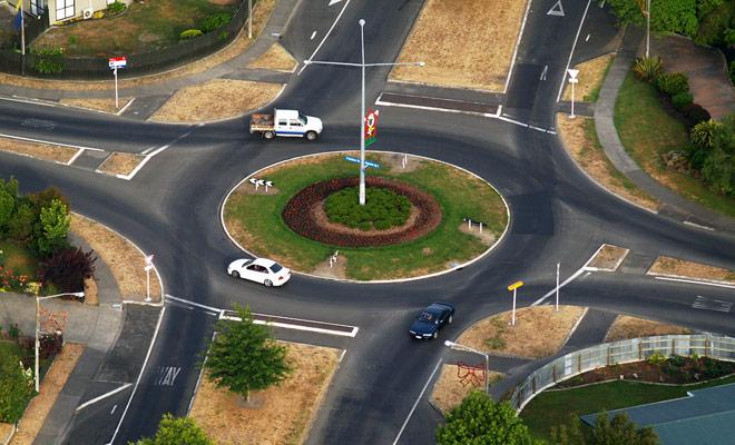 El tráfico en las rotondas en Nueva Zelanda se simplifica de hecho por la presencia de indicaciones para dar paso a todas partes.