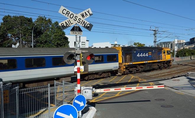 El tráfico ferroviario bajo en Nueva Zelanda no elimina el peligro al cruzar un ferrocarril. Observe las reglas habituales y no se acople a los rieles cuando suene la señal de advertencia, incluso si no hay tren a la vista.