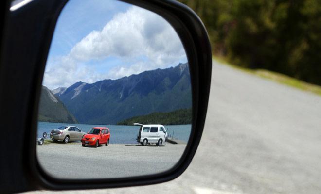 Para facilitar la conducción en Nueva Zelanda, es ideal tener un copiloto eficaz que monitorea los espejos retrovisores y le guía cuando se maniobra en aparcamientos.