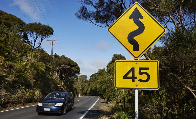 La conducción no es más peligrosa en Nueva Zelanda que en Europa, y si se adopta una conducción prudente, todo estará bien.