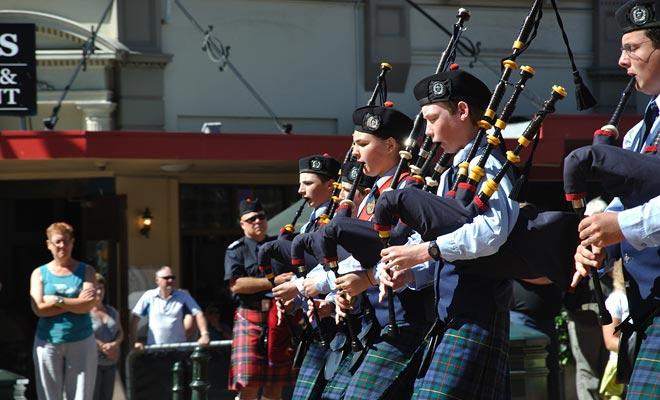Debido a que la ciudad fue fundada por colonos escoceses, no es raro encontrar a los jugadores de gaita.