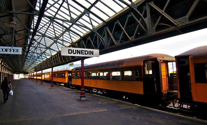 Taieri Gorge Railway es un viaje en tren de cuatro horas. La espectacular ruta sigue las empinadas gargantas y cruza viaductos. Aunque los vagones datan de 1920, fueron restaurados para el confort de los pasajeros.