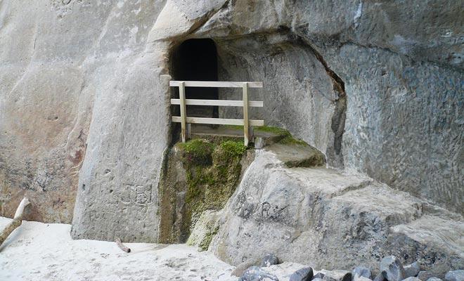 Un terrateniente rico habría cavado el túnel con explosivos para que su esposa pudiera disfrutar de la playa más fácilmente.