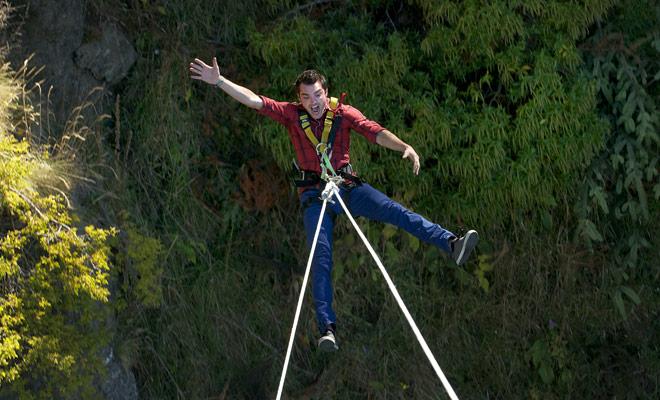 El Swing realiza un gran movimiento de balanceo en el vacío, a diferencia del salto de bungee donde la caída es vertical. Algunas personas afirman que la experiencia es aún más aterrador que bungy jumping.