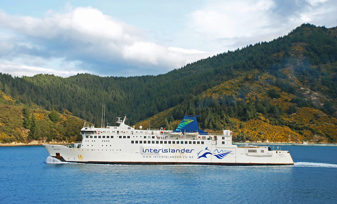 La prenotazione del traghetto che collega le due grandi isole della Nuova Zelanda può essere effettuata via Internet sul sito web di Interislander. Se vuoi fare l'incrocio con il tuo veicolo, devi solo pagare un supplemento.