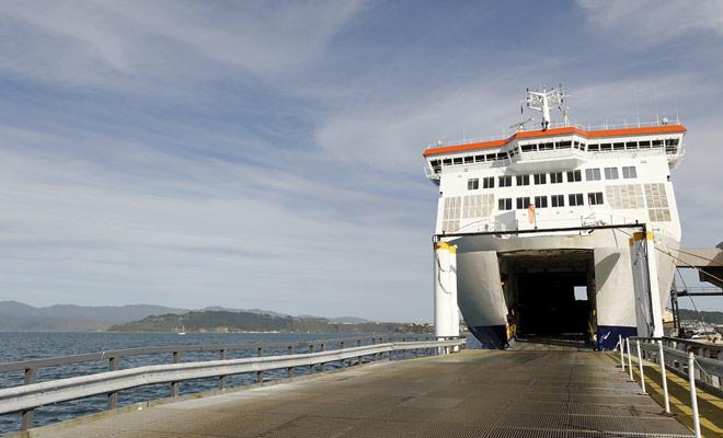 Er is geen moeite om de auto op de veerboot te parkeren, omdat u de aanwijzingen van de bemanning alleen moet volgen. Er is geen speciale manoeuvre te realiseren en het duurt slechts een paar minuten.