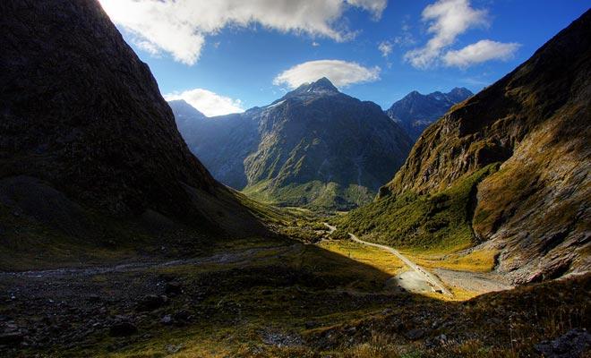 Tolkien no conocía a Nueva Zelanda, y se inspiró en sus viajes por Suiza para imaginar el universo del Señor de los Anillos. Es suficiente, sin embargo, observar los paisajes de Nueva Zelanda para recuperar la atmósfera de los libros.