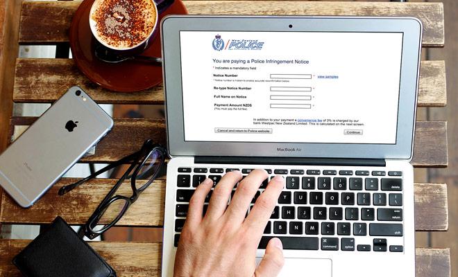 Para resolver sus multas de exceso de velocidad o de estacionamiento, puede ingresar a un sitio web del gobierno y pagar en línea.