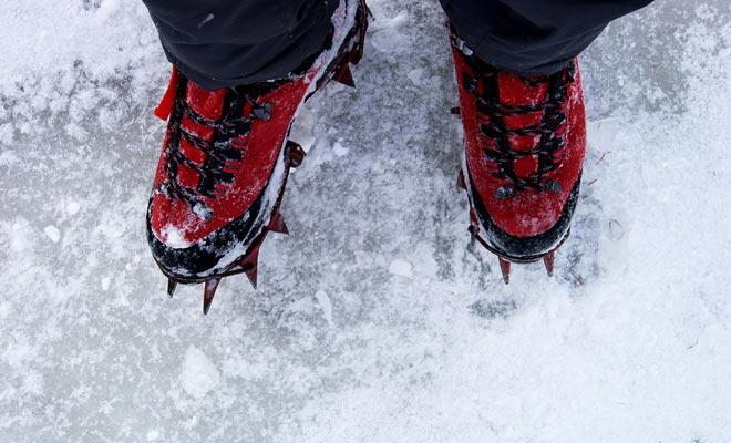 Het verkennen van de gletsjer vereist dat u krampschoenen draagt. Het zal nodig zijn om ze te leren aanpassen, maar de techniek is niet moeilijk.