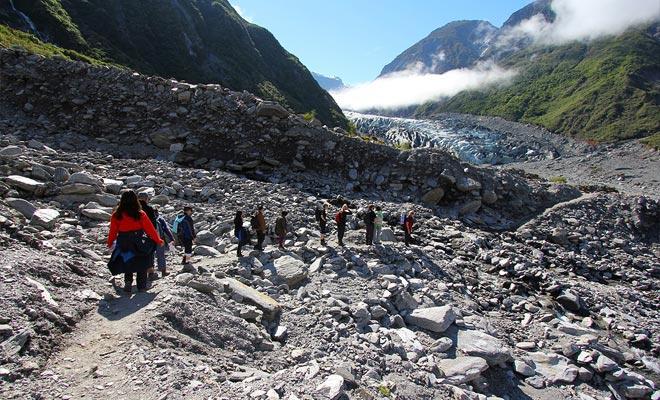 Se puede llegar a la parte delantera del glaciar y disfrutar de la vista sin gastar un centavo. Pero la visita del glaciar requiere reservar un guía de montaña.