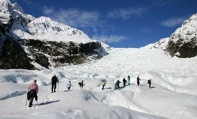 Los expertos que trabajan en el Fox son guías de alta montaña que vienen de los cuatro rincones del planeta. Hay muchos canadienses, pero también suizos, todos bien entrenados en el hielo-caminar.